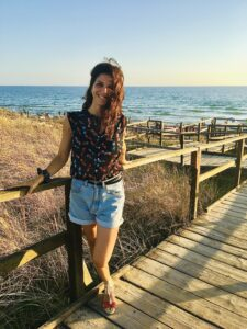 ragazza vestita al mare al tramonto