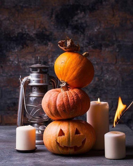 zucche di halloween e candele