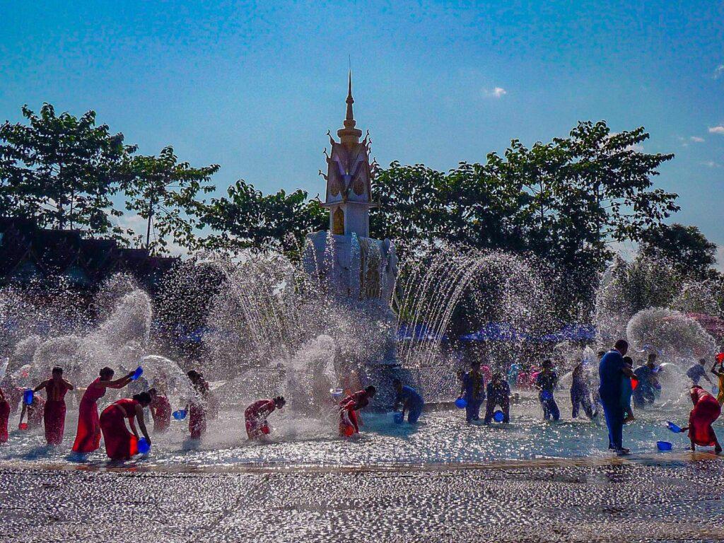 Essere un turista nello Yunnan - festival dell'acqua con donne che si schizzano sotto una fontana