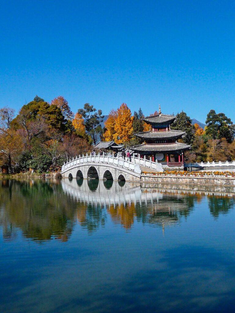 Essere un turista sostenibile - Lijiang Old town nello Yunnan, lago con ponte e pagoda in autunno