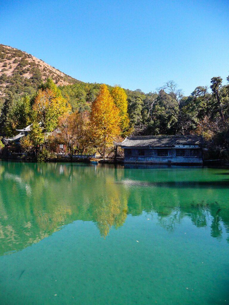 Essere un turista sostenibile - Yunnan, old town di Lijiang, lago con pagoda e alberi con colori autunnali