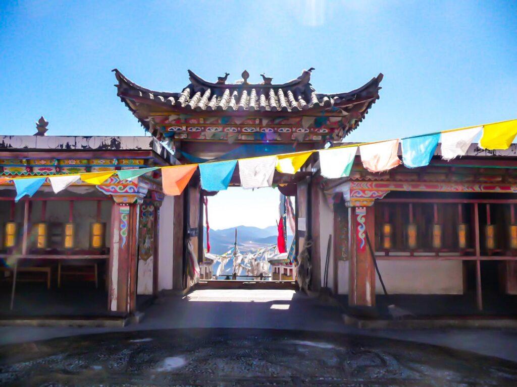 Tempio tibetano nello Yunnan Meili Snow Mountain- essere un turista sostenibile