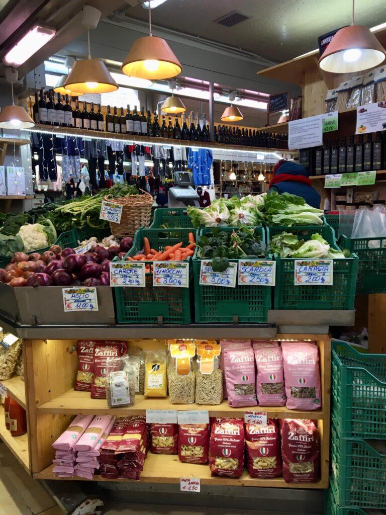 frutta, verdura e prodotti biologici in un banco al Mercato Trionfale di Roma
