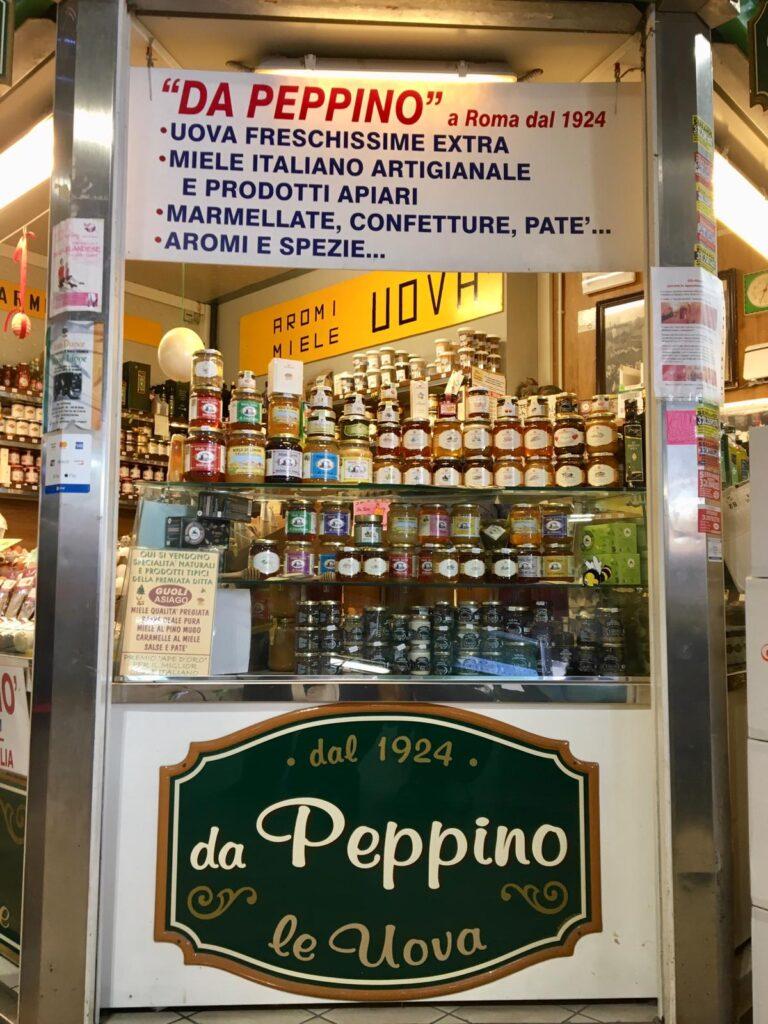 Banceralla del mercato con insegna Da Peppino le uova dal 1924
