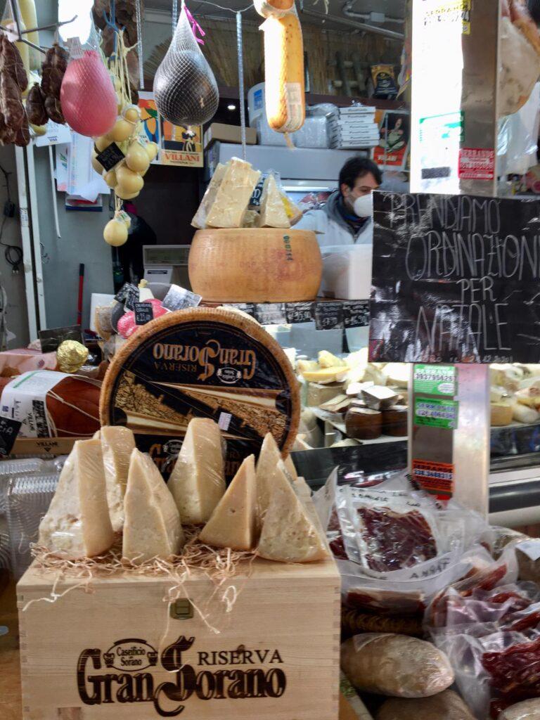 Formaggi esposti in un banco del Mercato Trionfale di Roma
