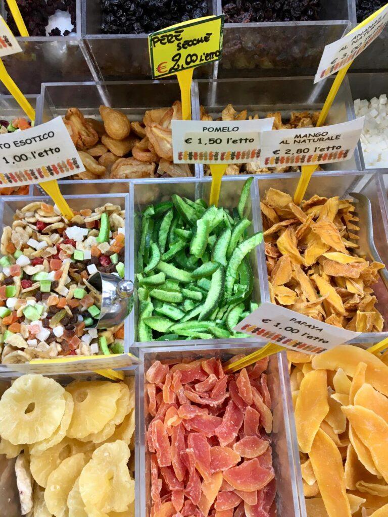 frutta secca in esposizione su una bancarella al mercato