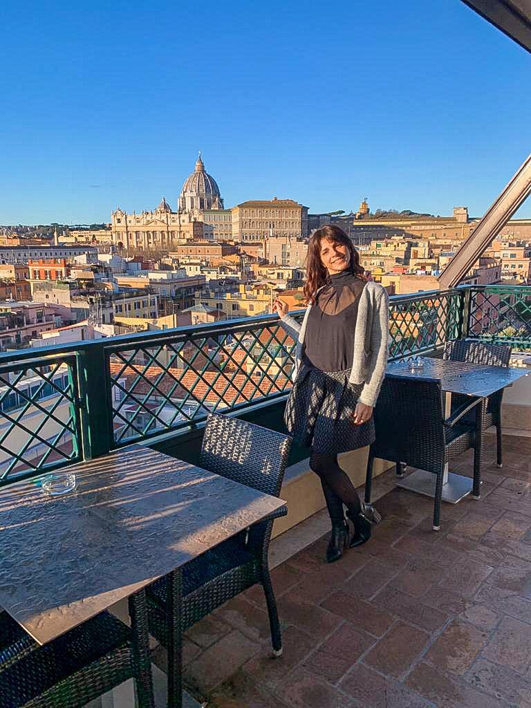 vista sui tetti di Roma e ragazza sorridente in una terrazza panoramica