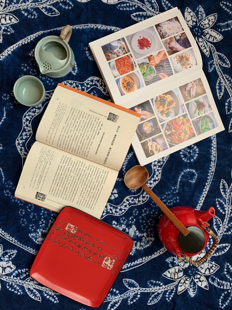 tovaglia cinese blu con piatto e teiera rossi e libri di cucina cinese