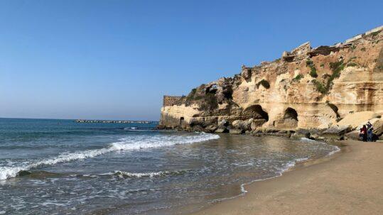 grotte nella roccia sul mare di Nettuno