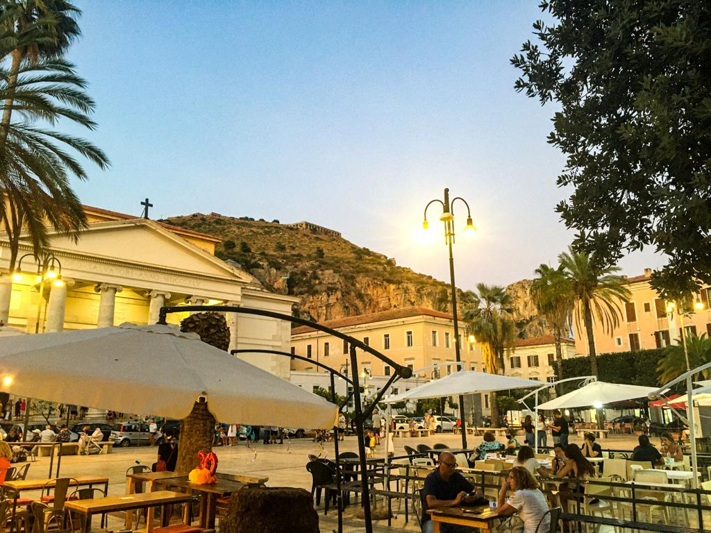 centro storico di Terracina all'imbrunire