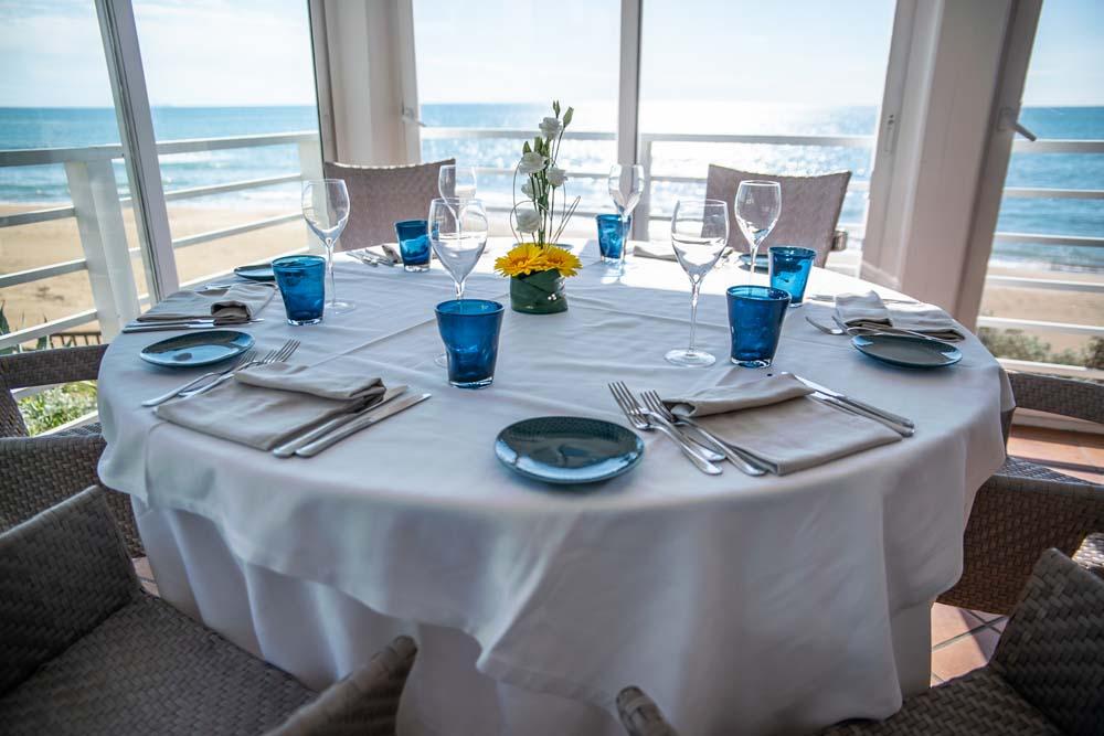 tavola imbandita in un ristorante vista mare