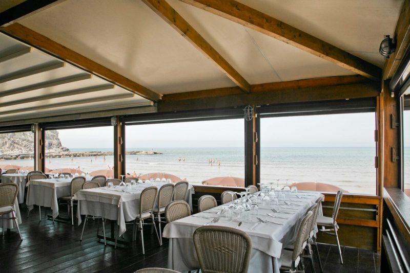 tavolate di un ristorante vista mare