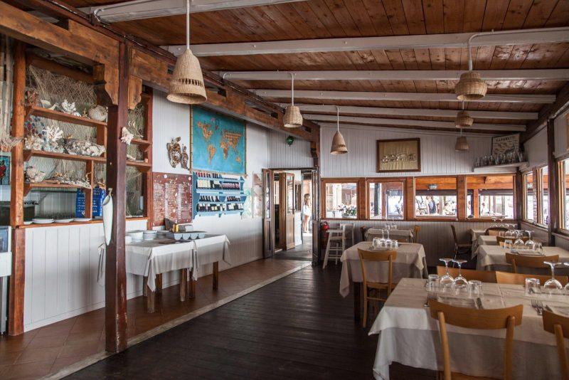 ristorante in legno al mare